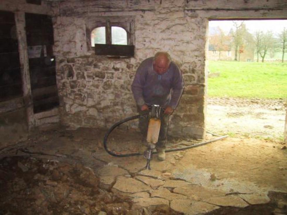 14 décembre 2007, Claude au travail dans la ferme.