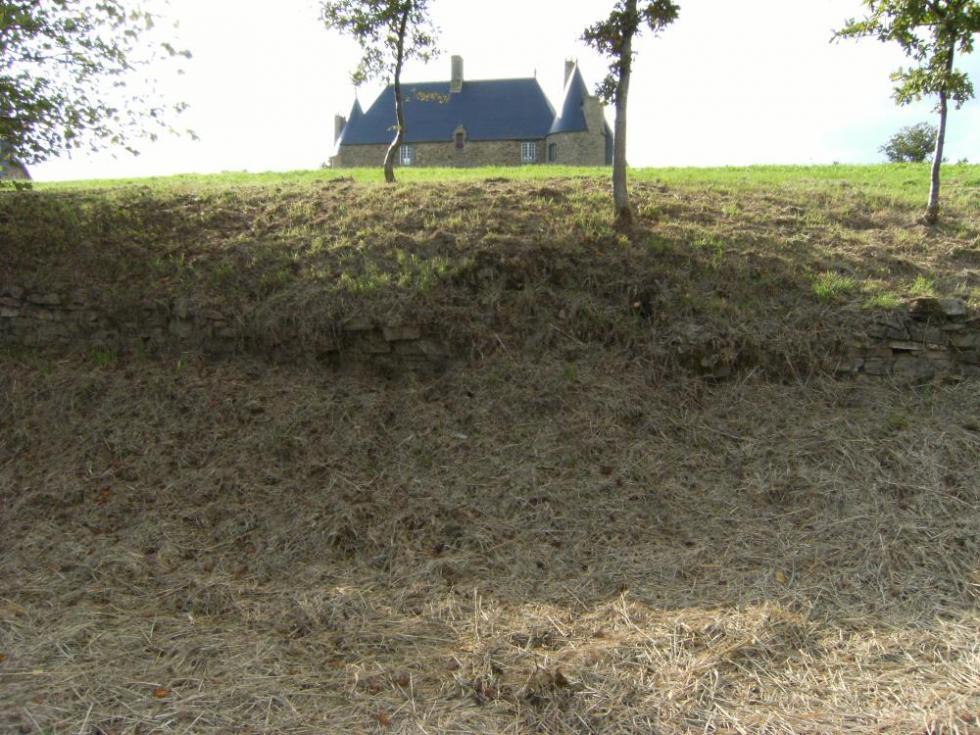 13 octobre 2009, un endroit où le mur d'escarpe est largement dissimulé sous la terre.