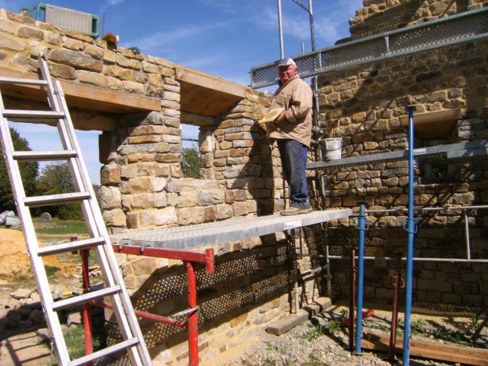 Mardi 14 septembre 2010, Claude rejointoye un mur intérieur du fournil de la ferme.