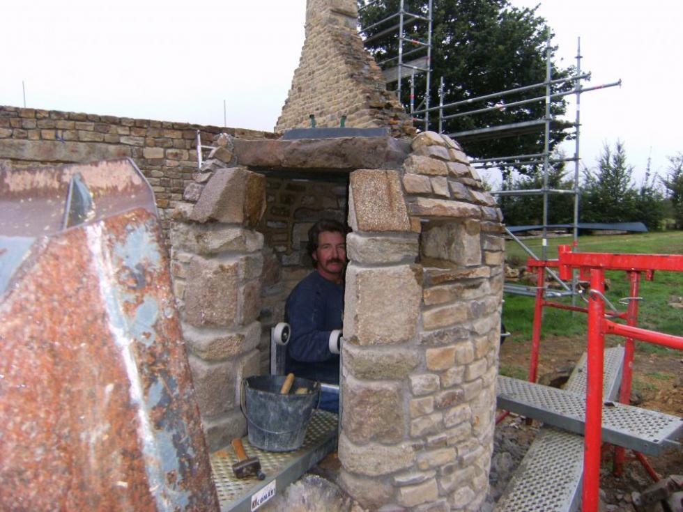 Mercredi 15 septembre 2010, Pascal a rejointoyé le parement intérieur du puits de la ferme.