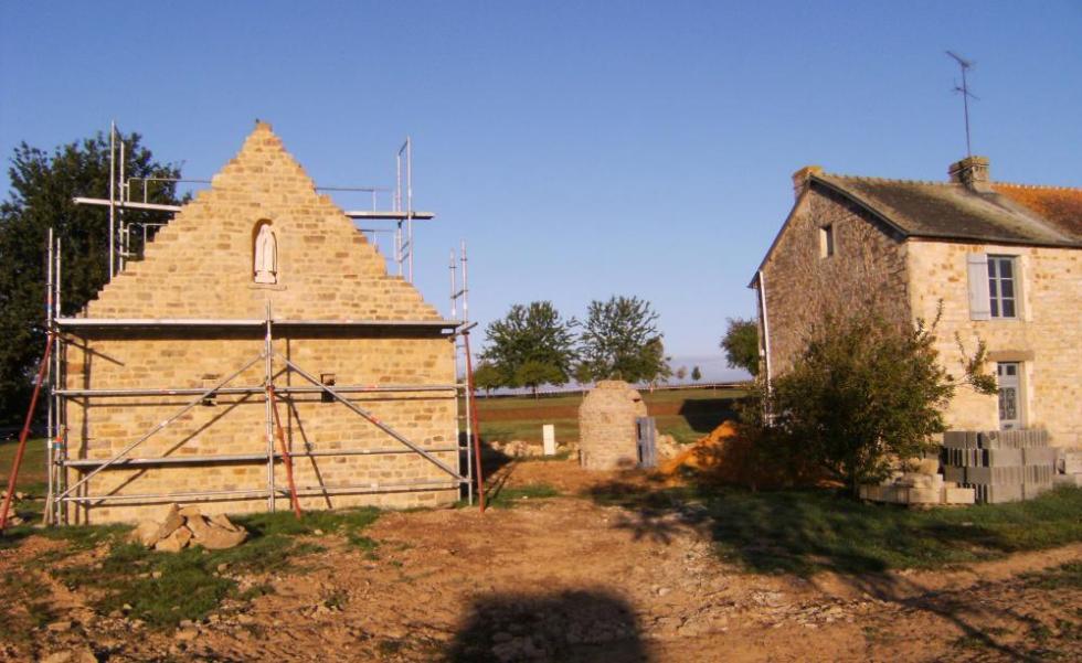 Samedi 18 septembre 2010, vue du puits de la ferme entre la ferme (à droite) et son fournil (à gauche).