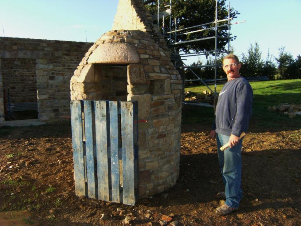 Samedi 25 septembre 2010, Pascal (sans sa casquette !) à côté du puits de la ferme
