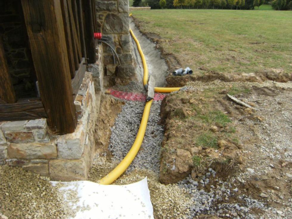 Lundi 27 septembre 2010, les drains sont recouverts d'un tissu protecteur, vue du Sud de la cave.