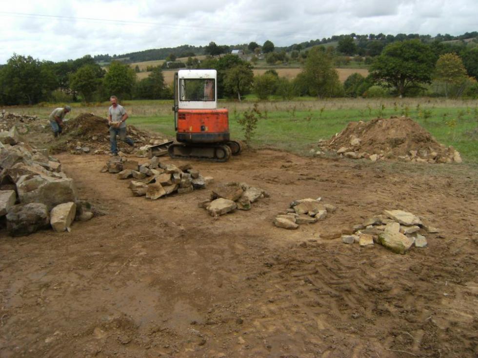 Jeudi 30 septembre 2010, les cailloux triés par tailles, il reste encore beaucoup de travail...