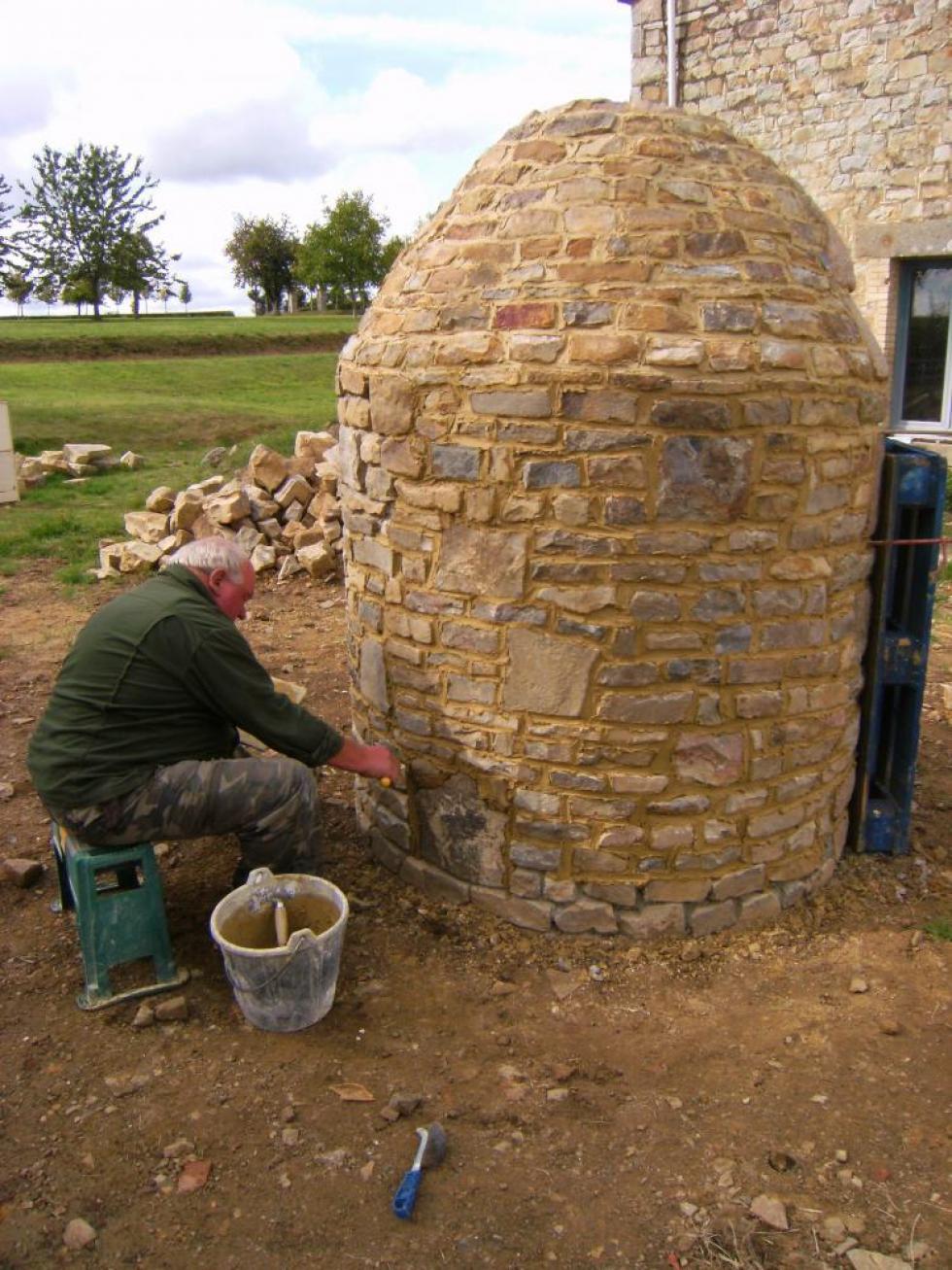 Jeudi 30 septembre 2010, les joints neufs donnent un petit air sympathique au puits de la ferme.