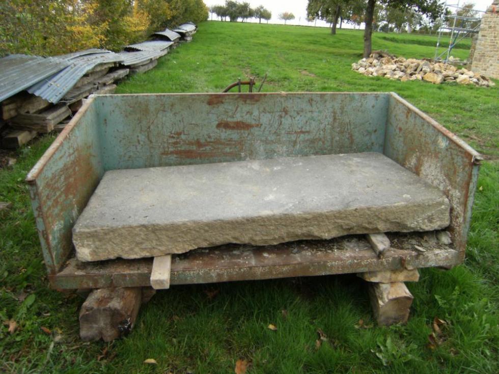 28 octobre 2010, la dalle de granite pour le seuil Sud de la ferme.
