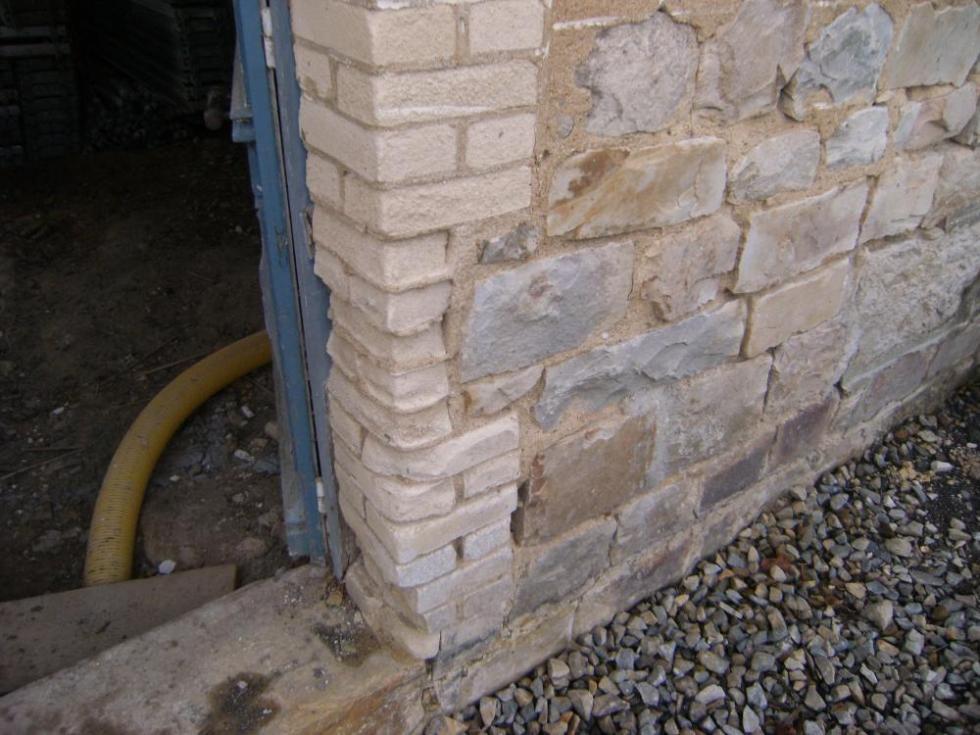 2 novembre 2010, l'usure des briques blanches de la ferme.