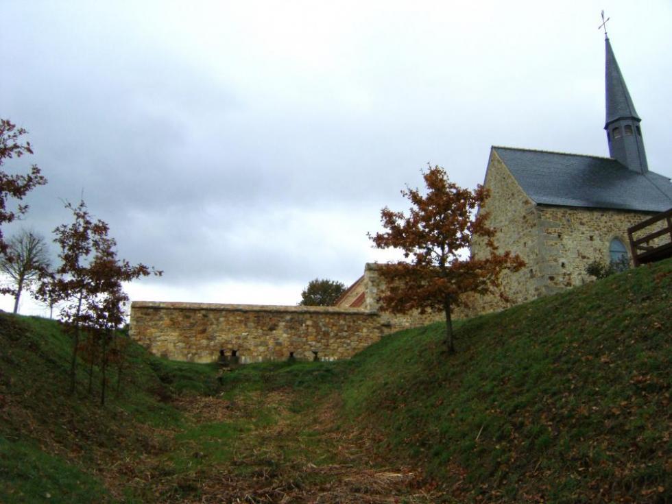 7 novembre 2010, le mur Ouest de la douve Sud vu de l'intérieur de la douve.