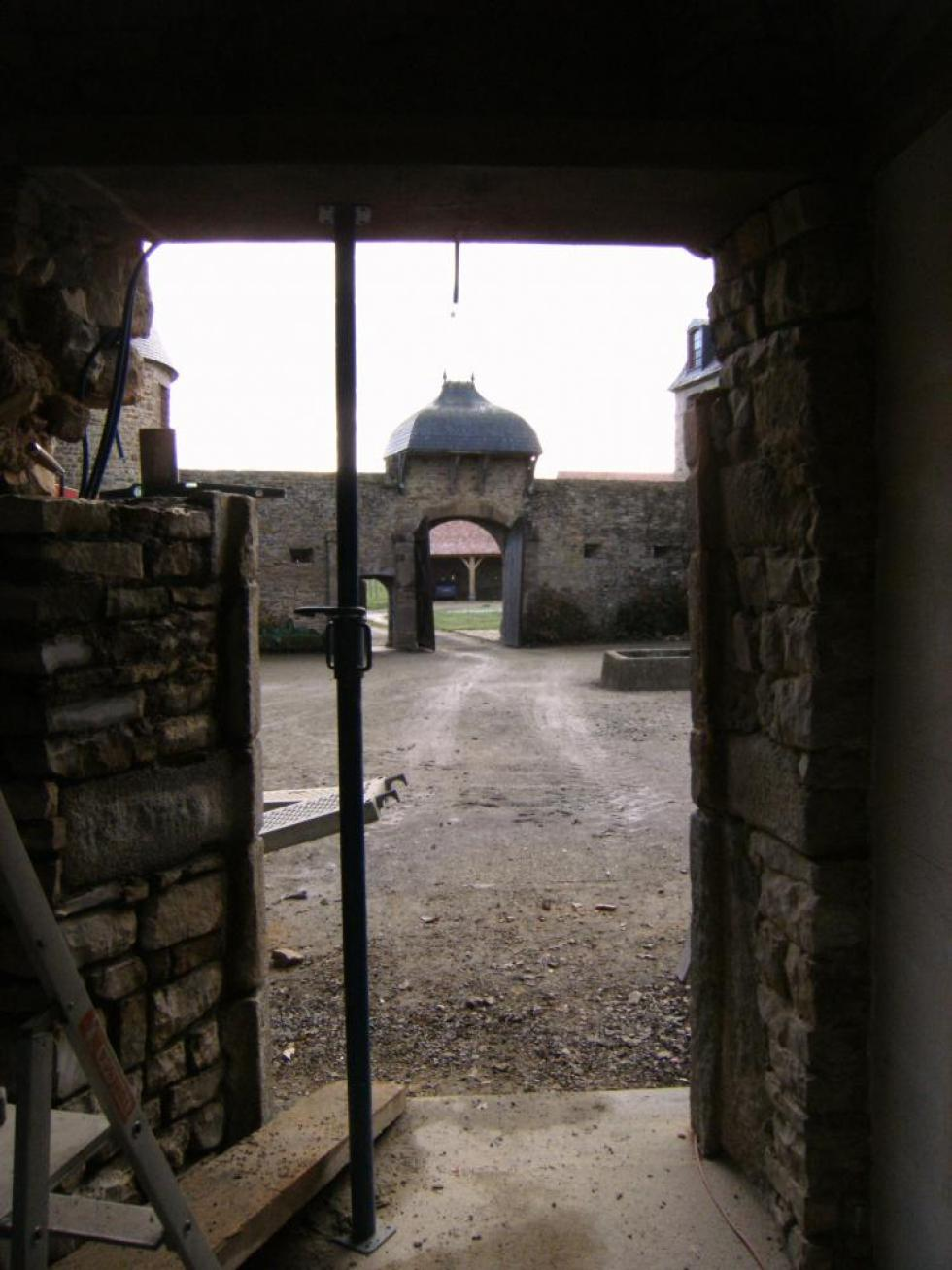 26 novembre 2010, vue de la porte extérieure du bâtiment Nord en cours de remontage, prise de l'intérieur du bâtiment.