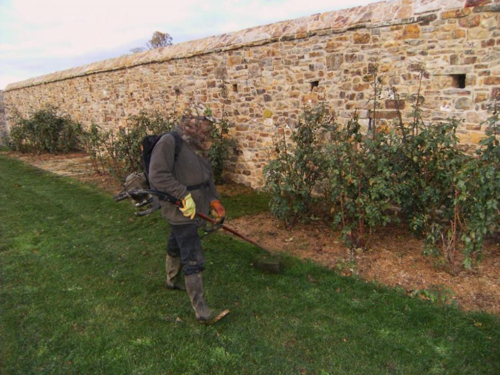 26 novembre 2010, Bernard à la débroussailleuse et en tenue de combat !