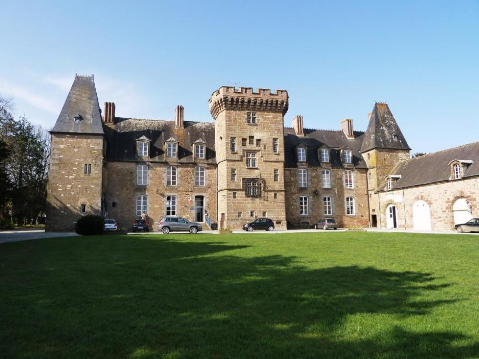 25 mars 2011, la façade sur cour du château de Rânes.
