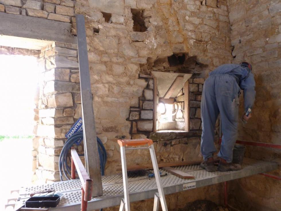 7 avril 2011, Pascal en train de terminer la maçonnerie de la seconde petite ouverture au rez-de-chaussée du pignon Sud de la ferme.
