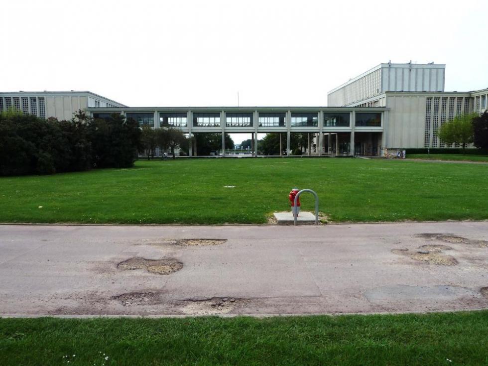 30 juillet 2011, une allée défoncée au Nord de la galerie vitrée.
