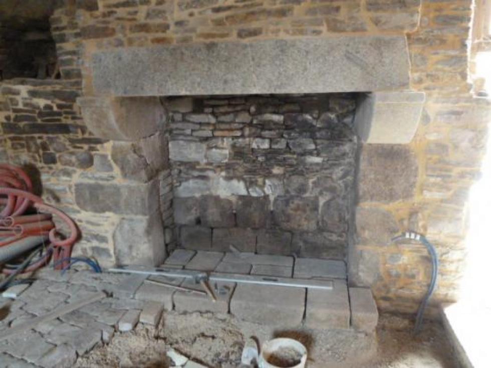 28 mars 2013, l'âtre de la cheminée de la pièce du rez-de-chaussée de la tour Louis XIII.