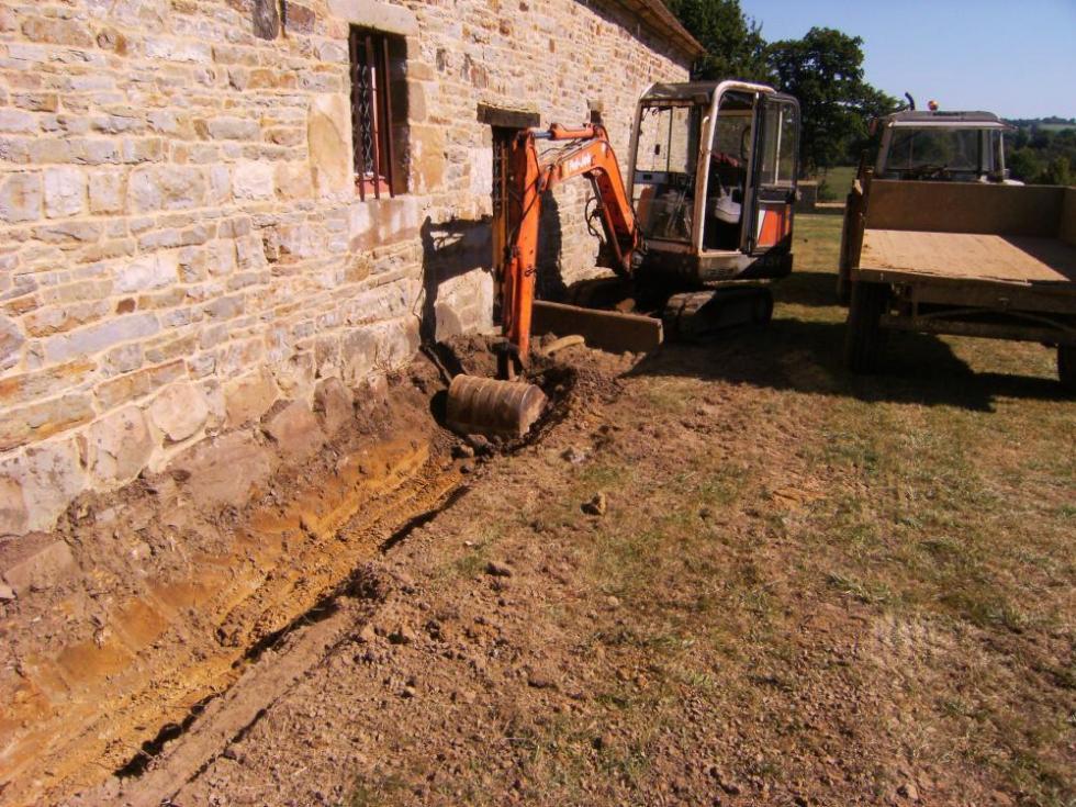 Tranchée pour drainage au Sud de la cave.