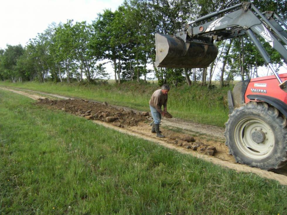 7 juin 2010, Bernard en train de rempierrer la chaussée.