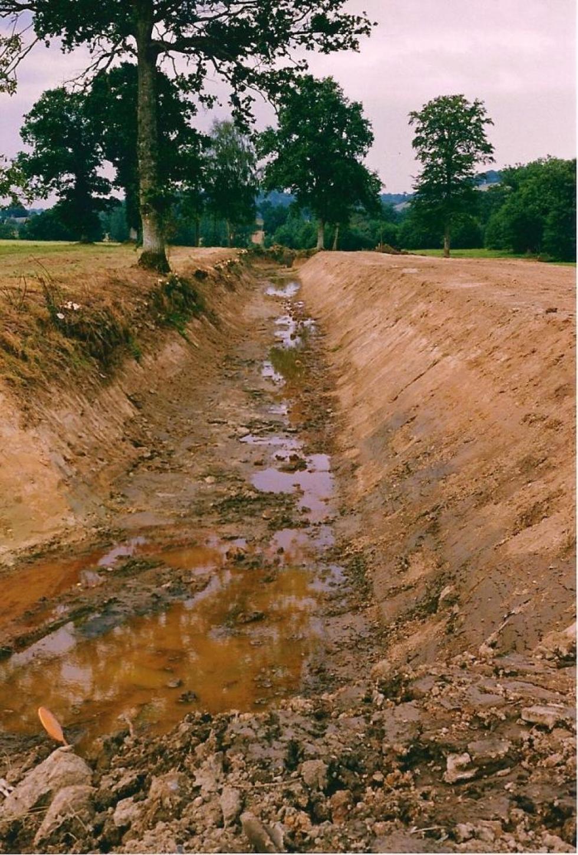 Août 1991, la douve Est vue du Sud, juste après le passage des terrassiers.