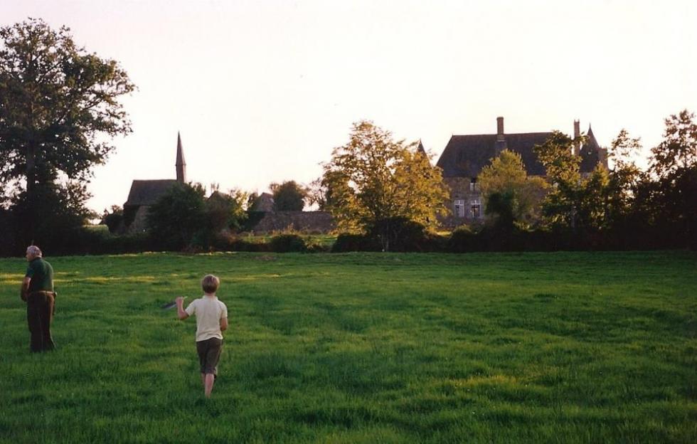Juillet 1991, Walter et son grand-père, Marc CHASTEL, se promènent à l'extérieur du Pournouët.
