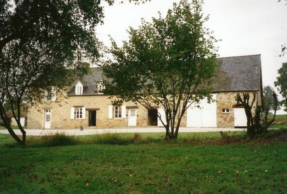 Août 1993,la ferme vue du manoir, avec Ercule, mon bouledogue français, en chien de garde.