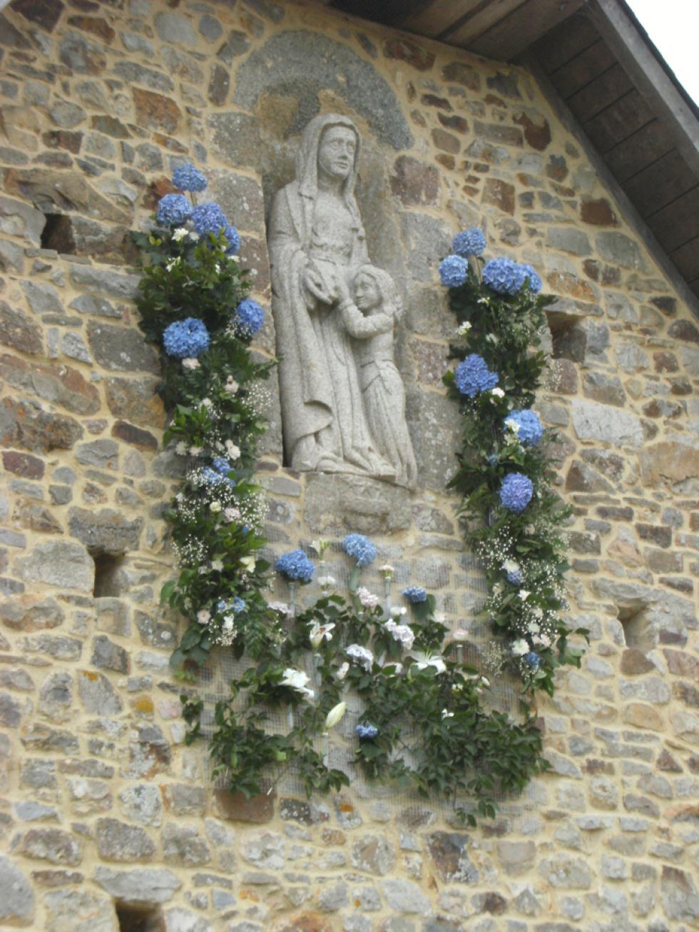 La statue de Sainte-Anne sculptée par Pascal POIRIER en 2010 dans du granite de Louvigné