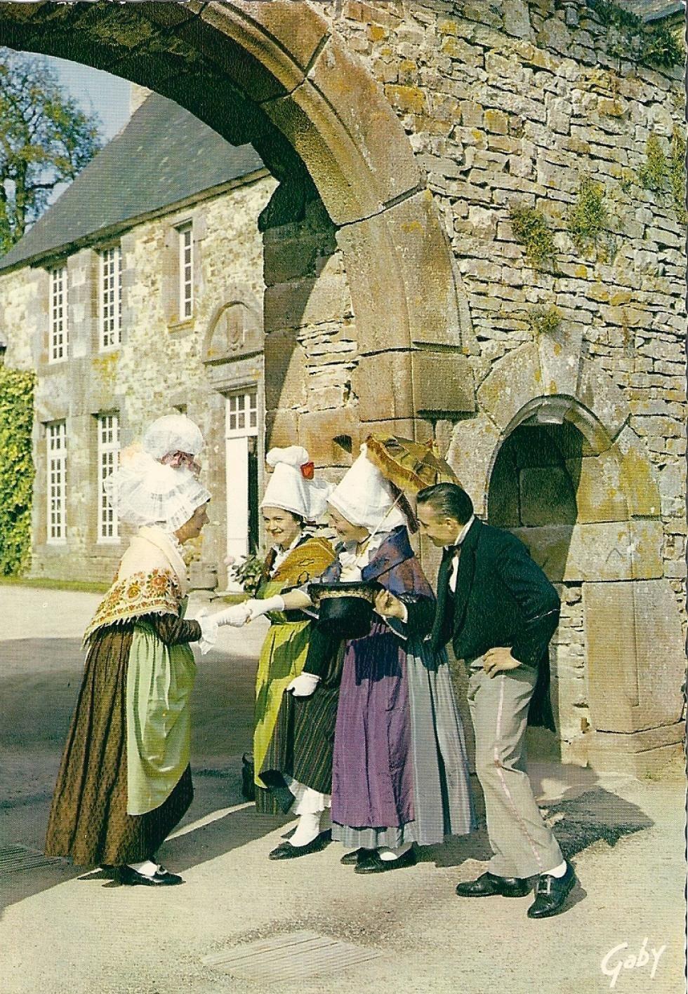 Troupe folklorique devant la Chaslerie, vers 1960. Photo Gaby.