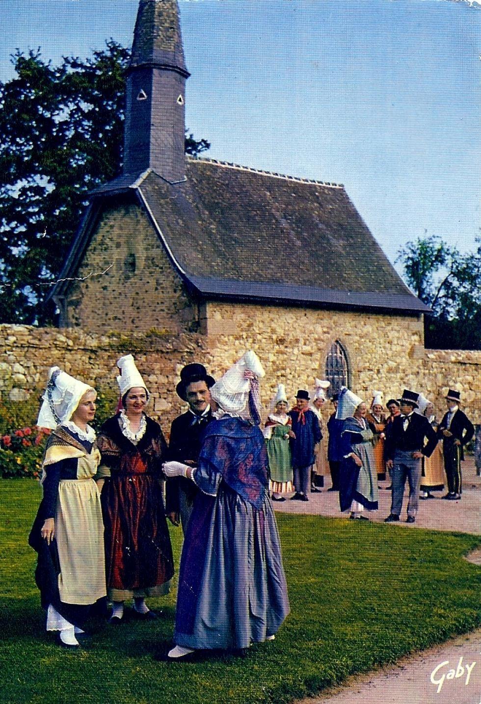 Troupe folklorique devant la chapelle de la Chaslerie, vers 1960. Photo Gaby.