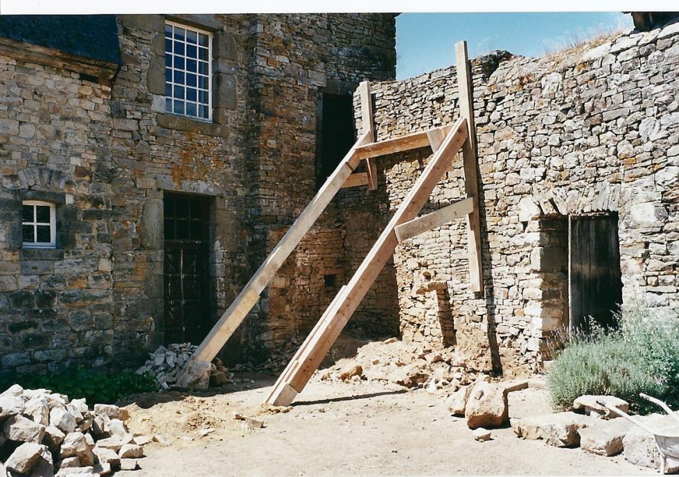 1999, nettoyage par le vide lors de la restauration de l'escalier de la tour Louis XIII