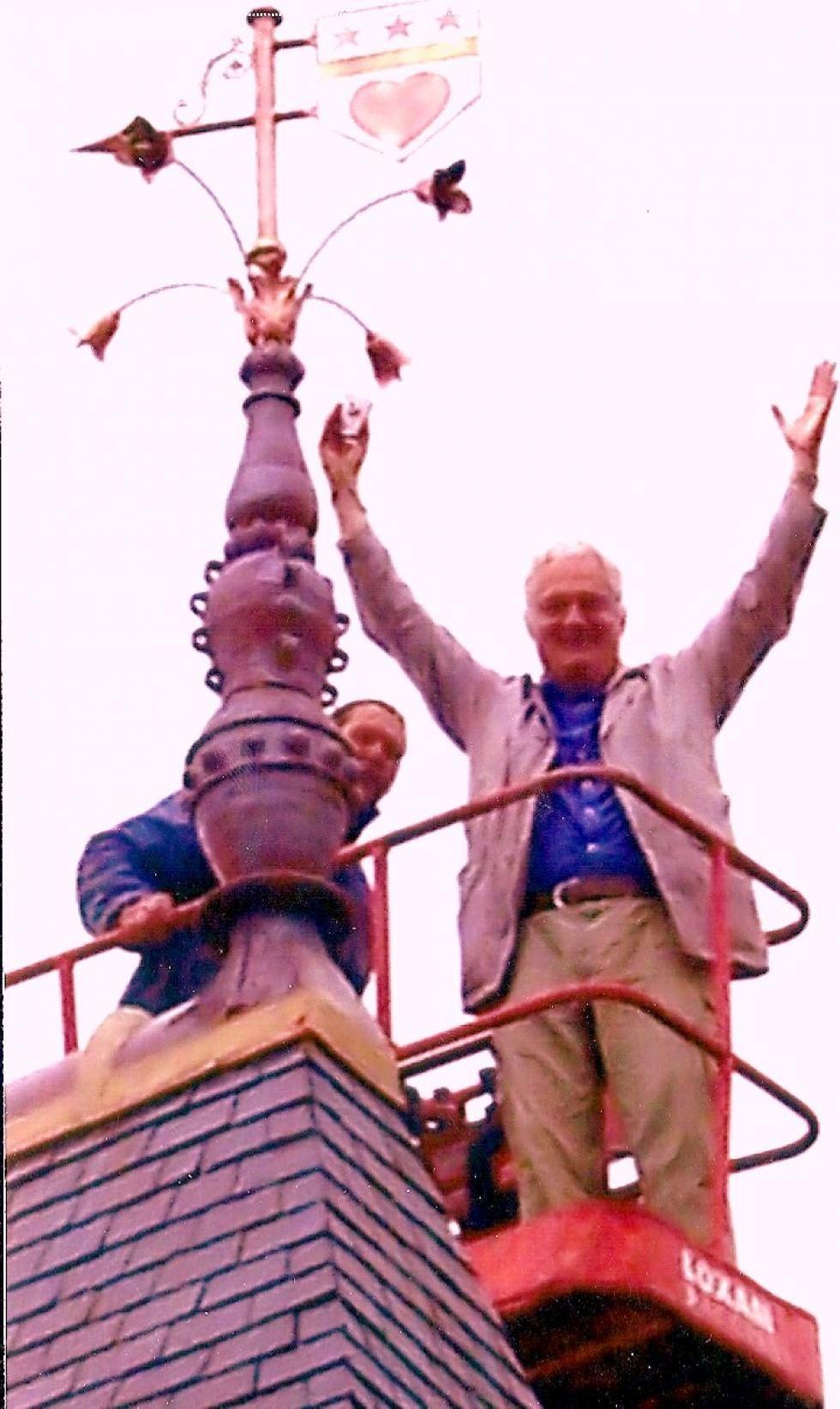 Pose des épis de faitage et du paratonnerre sur la tour Louis XIII: un propriétaire heureux !