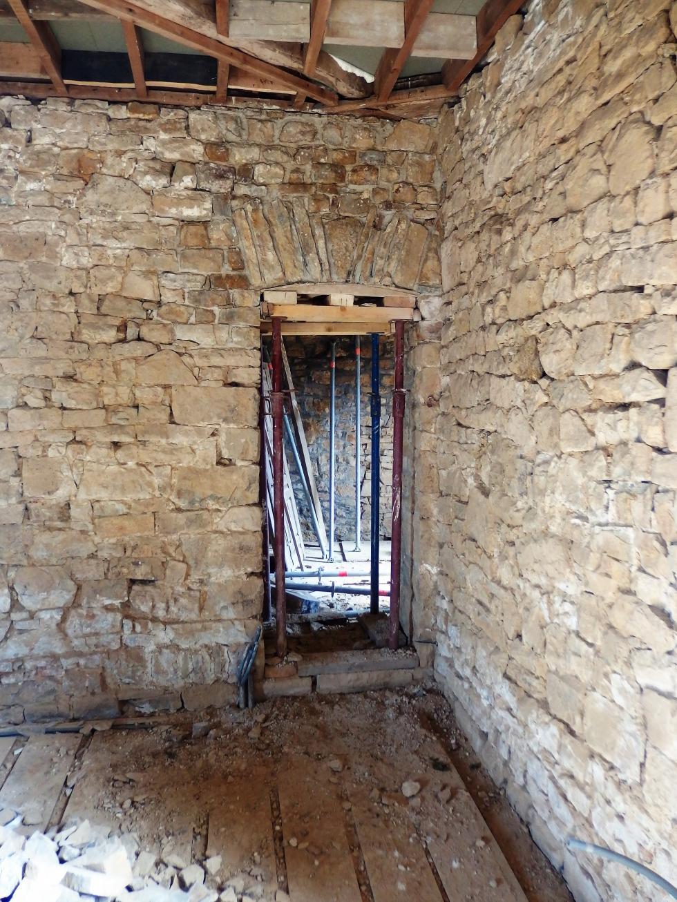 """20 juin 2018, le linteau vu de la """"salle dévastée""""."""