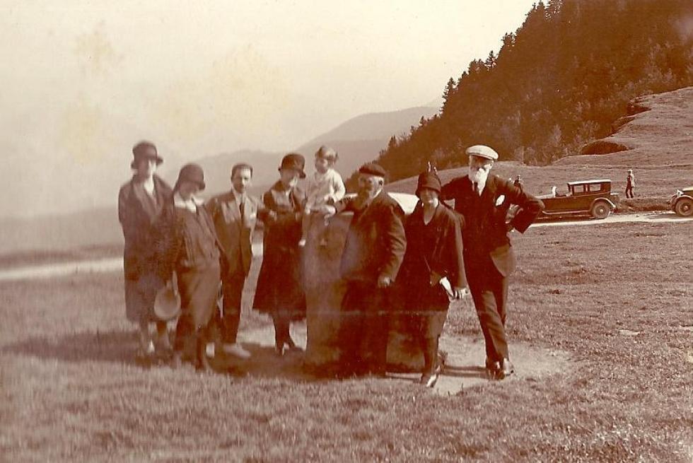 A droite, Alphonse GUERIN (barbe blanche); au centre, tenant un bébé, sa sœur Anna LABATU; entre les deux, Paul LABATU.