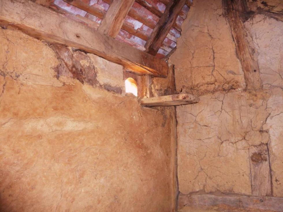 7 mai 2011, l'intérieur de la dépendance dont le torchis a déjà été restauré, à la demi-acre de Chênedouit.