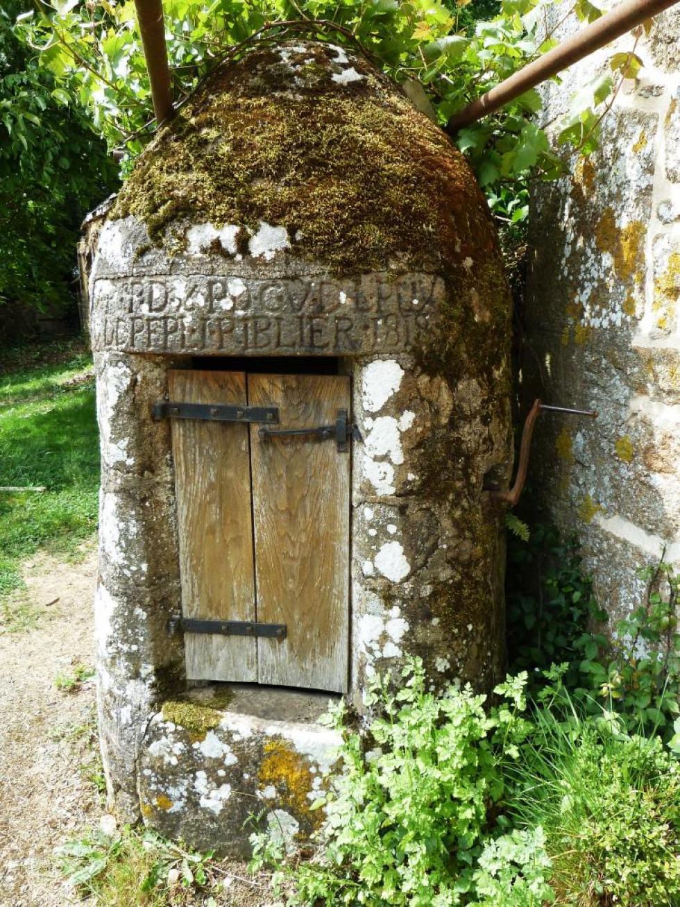 7 mai 2011, le puits de la demi-acre à Chênedouit. Il est daté de 1818.