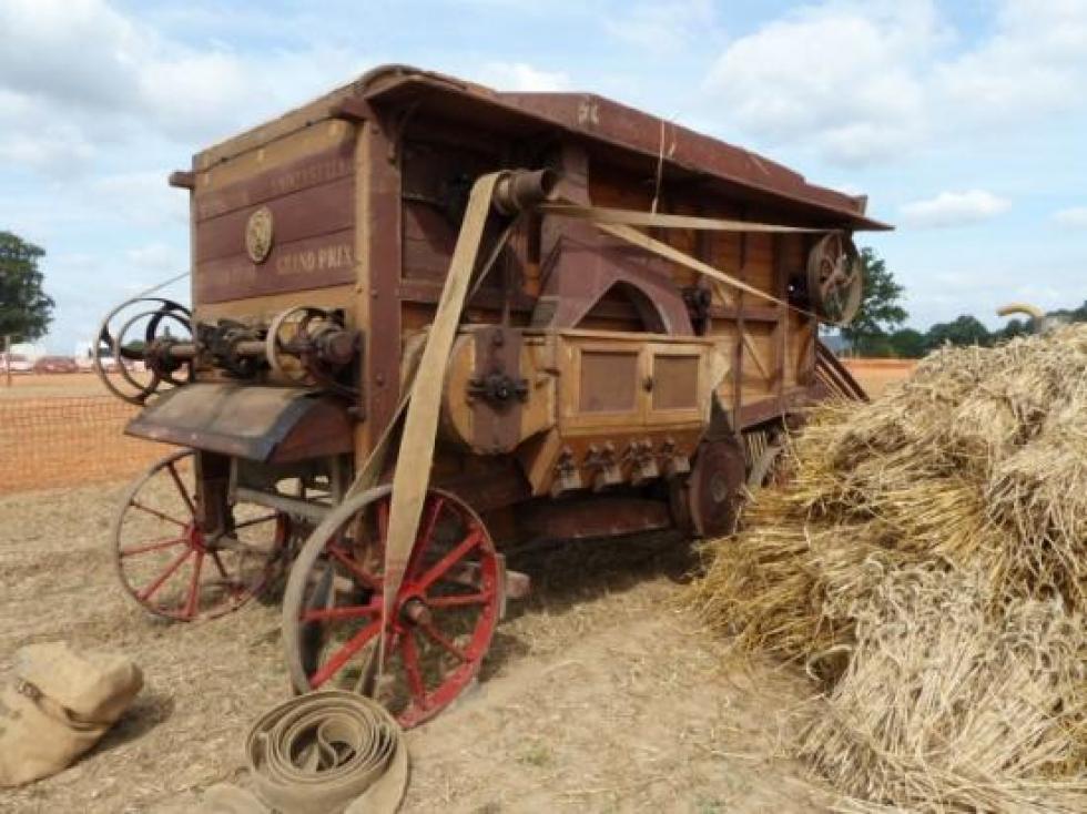 1er septembre 2013, une batteuse analogue à celle du fermier de la Chaslerie d'il y a 70 ans.