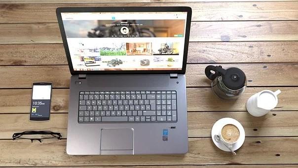ordinateur et cafe