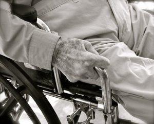 senior sur chaise roulante