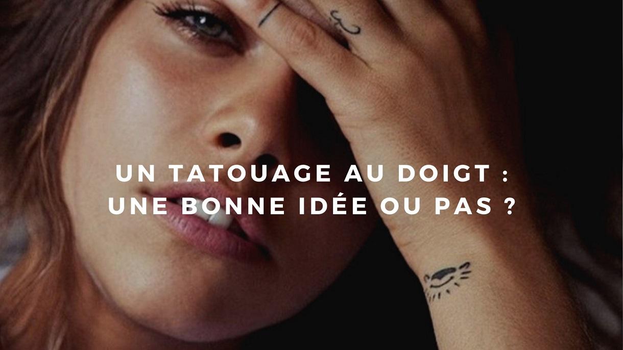 jeune femme avec tatouage au doigt