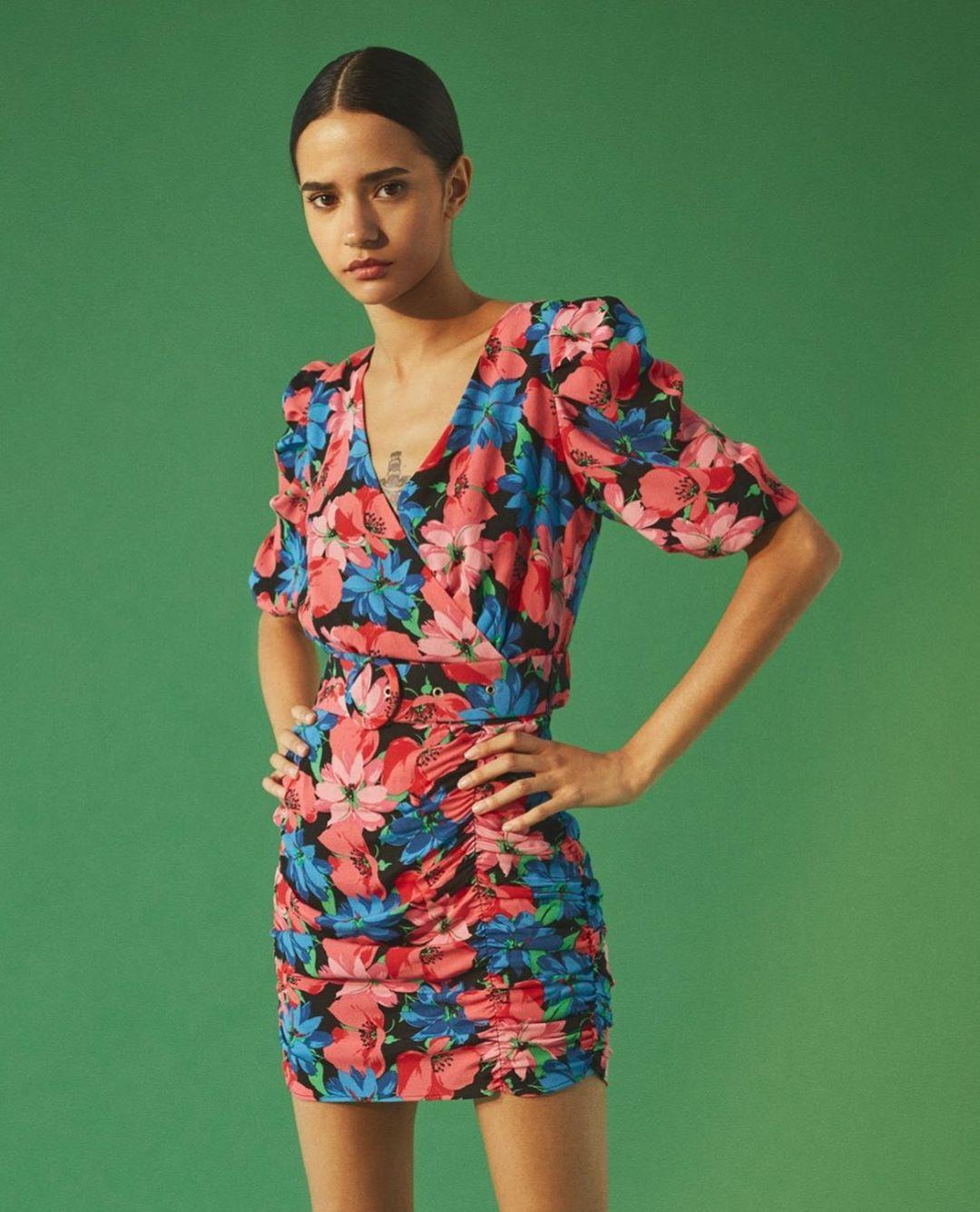 floral print dress with belt de Bershka sur bershkacollection