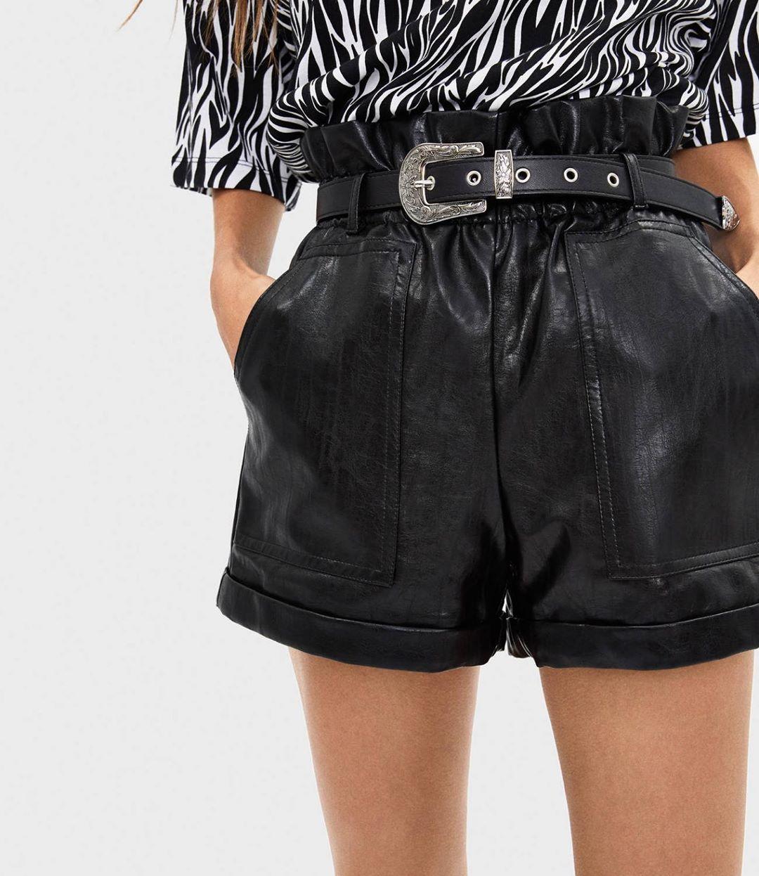 leather effect shorts with belt de Bershka sur outfitspertutte