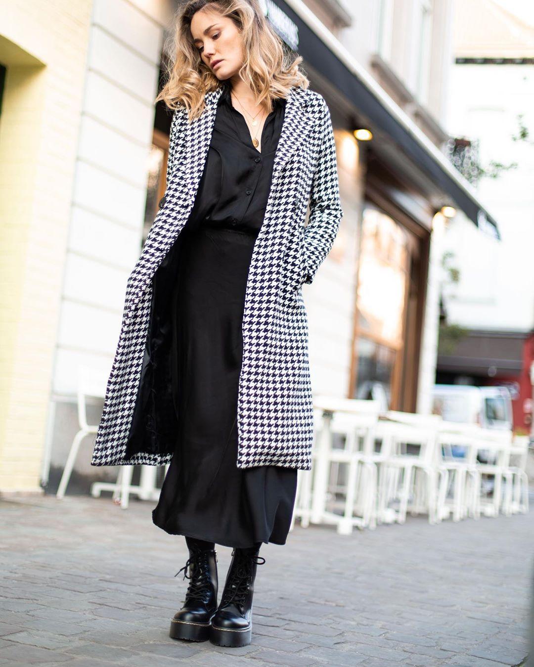 jupe noire effet satin de Les Bourgeoises sur lesbourgeoisesofficiel