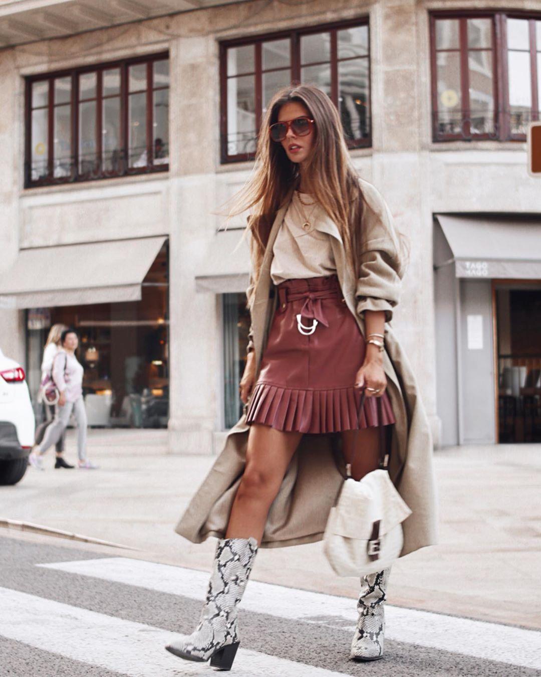 pleated synthetic leather mini skirt de Zara sur marinamcerezo