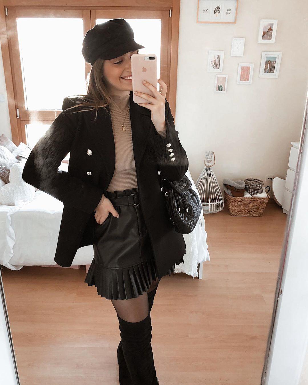 pleated synthetic leather mini skirt de Zara sur larascarrasco