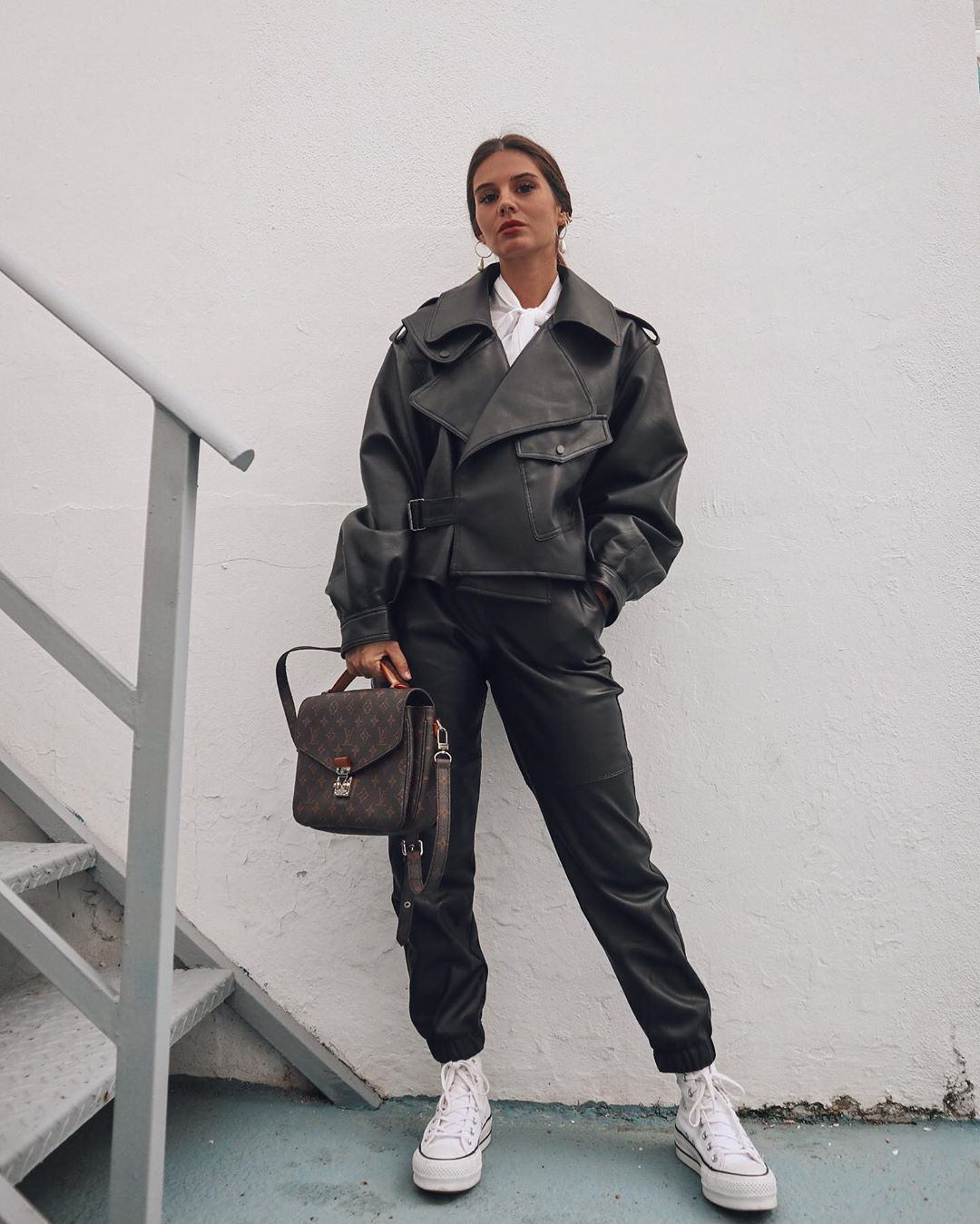 faux leather jogger pants de Bershka sur marinamcerezo