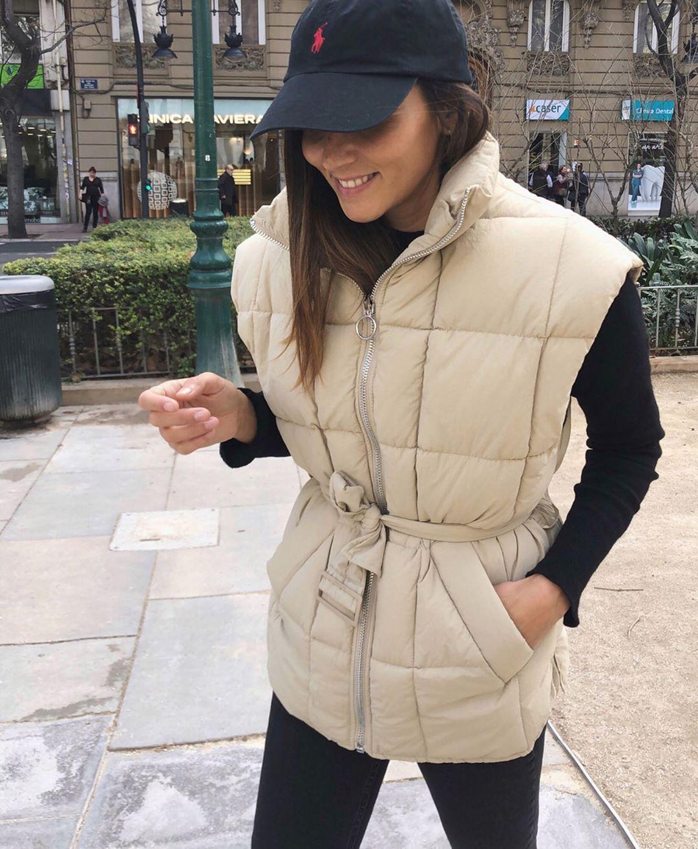 sleeveless jacket type belted down jacket de Bershka sur coohuco