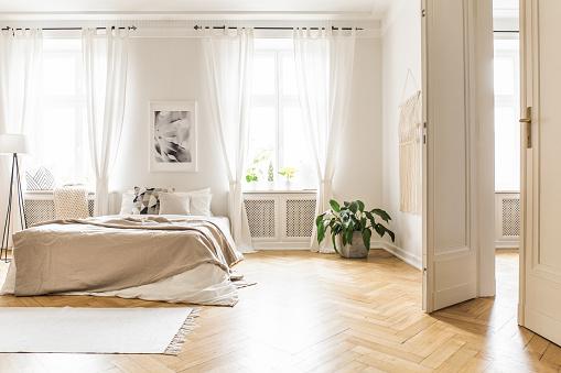 chambre à coucher avec rideau