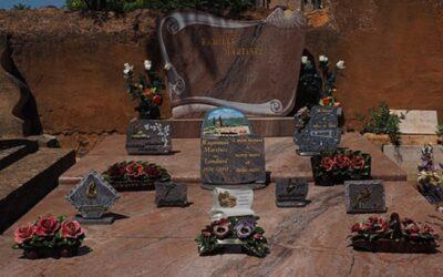 Rendre hommage à un défunt avec une plaque commémorative