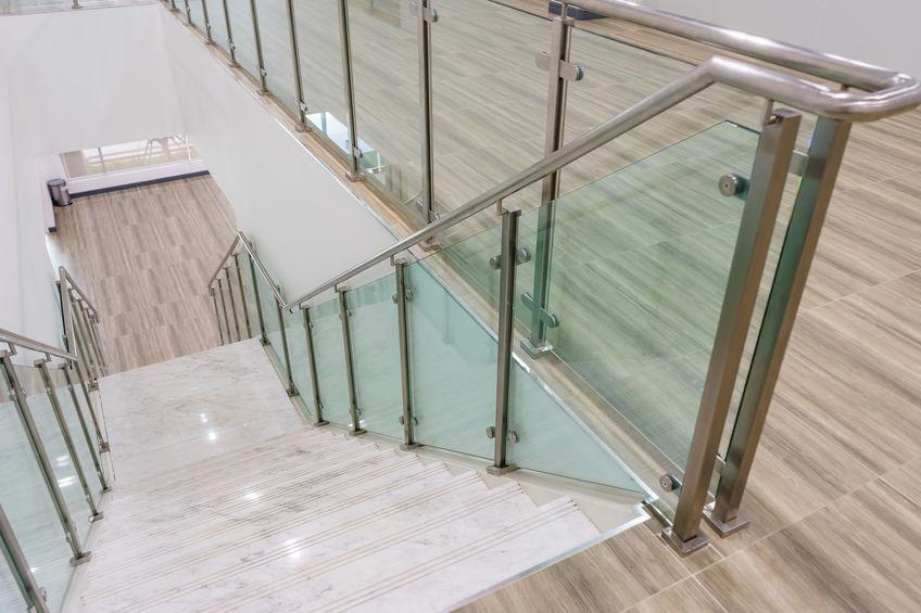 Trois bonnes raisons de choisir un garde-corps en verre pour les escaliers