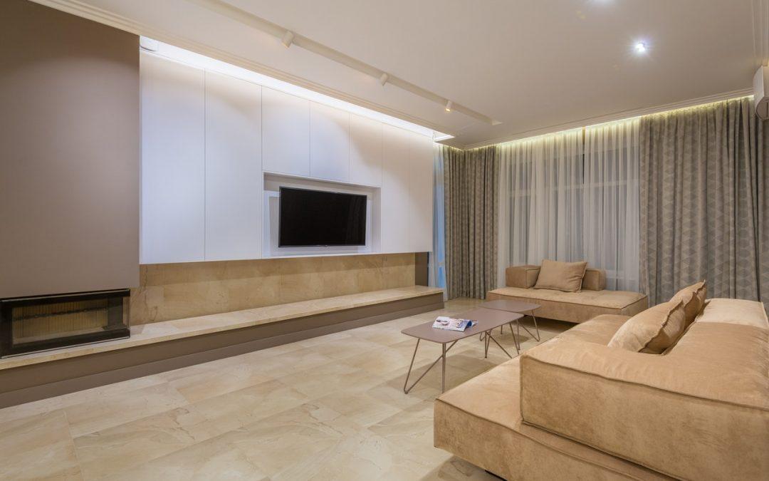Comment une petite couleur personnalisée a ajouté beaucoup plus de personnalité à cet appartement moderne