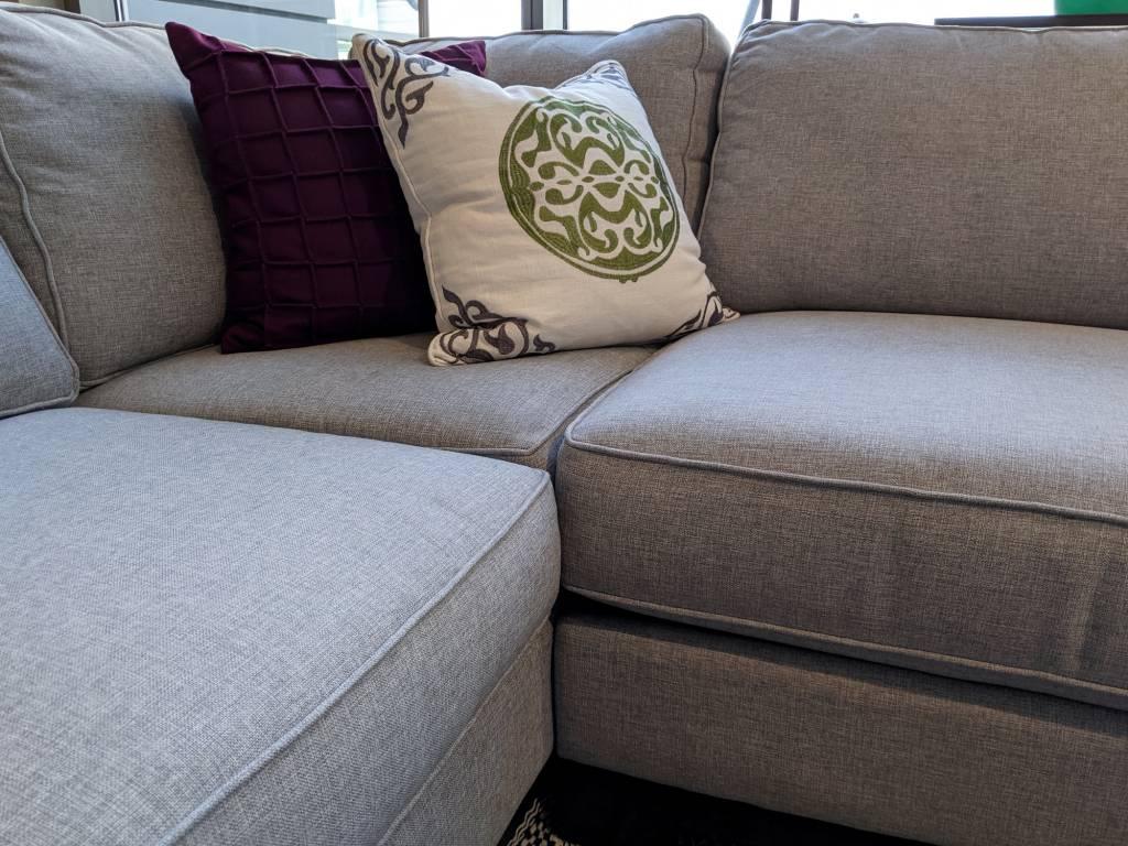 canapé d'angle au centre d'une pièce