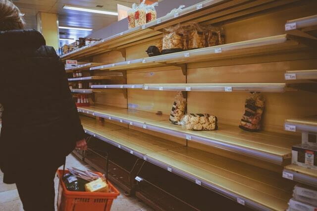 Consommateur frustré par une rupture de stock en magasin